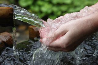 water_hands_320